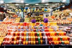 新鲜的自然果汁待售在巴塞罗那市场上 库存图片