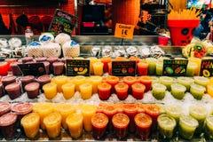 新鲜的自然果汁待售在巴塞罗那市场上 库存照片