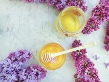 新鲜的自然蜂蜜淡紫色花可口在灰色具体背景 免版税库存照片