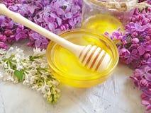 新鲜的自然蜂蜜淡紫色花营养可口在灰色具体背景 库存照片