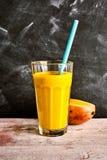 新鲜的芒果和酸奶鲜美夏天圆滑的人  免版税库存照片