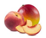 新鲜的芒果桃子整个切片在白色背景混合隔绝 免版税库存照片