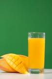 新鲜的芒果汁 免版税库存照片