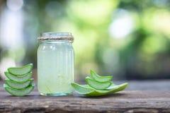 新鲜的芦荟维拉词根切片和胶凝体在木桌,皮肤疗法概念上 库存照片
