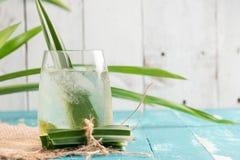 新鲜的芬芳Pandan冰茶和叶子在木背景 免版税库存照片