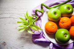 新鲜的苹果和普通话 免版税库存图片