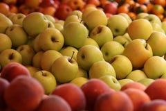 新鲜的苹果和桃子 库存照片