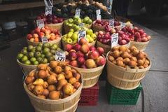 新鲜的苹果和梨在街市上 免版税库存图片