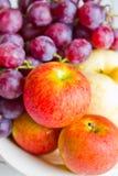 新鲜的苹果和葡萄。 免版税库存照片