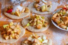 从新鲜的苹果和面团的厨师饼 免版税库存图片