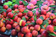 新鲜的苹果在hatyai在泰国,省songkl的金yong市场上 库存图片
