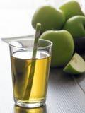 新鲜的苹果汁和绿色苹果 免版税库存照片