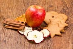 新鲜的苹果用饼干、桂香和果子烘干了 图库摄影