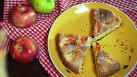 新鲜的苹果饼cutted入片断 递采取所有切片从板材的苹果饼 股票视频