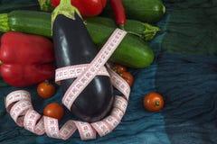 新鲜的茄子和几棵菜与卷尺 免版税库存图片
