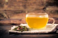 新鲜的茶用茶叶和草本 免版税库存图片