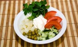 新鲜的草本沙拉在桌上的在餐馆 图库摄影