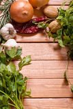 新鲜的草本用葱、大蒜和核桃 免版税库存照片