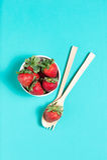 新鲜的草莓和汁液在木桌上 平的位置 免版税库存图片