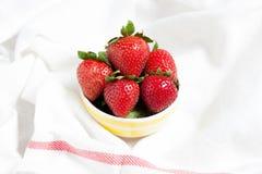新鲜的草莓和汁液在白色织品 平的位置 库存照片