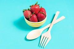 新鲜的草莓和汁液在蓝色背景 平的位置 免版税库存图片