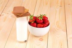 新鲜的草莓和牛奶在玻璃 免版税库存照片