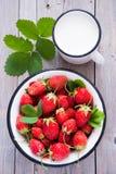 新鲜的草莓和牛奶 免版税图库摄影