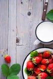 新鲜的草莓和牛奶 免版税库存照片