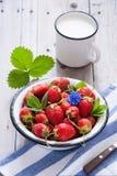 新鲜的草莓和牛奶 免版税库存图片