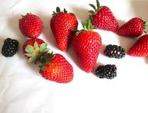新鲜的草莓和黑莓在白色背景 图库摄影
