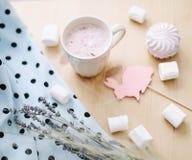 新鲜的草莓圆滑的人或奶昔用蛋白软糖,特写镜头 r flatlay创造性的春天,顶视图 库存照片