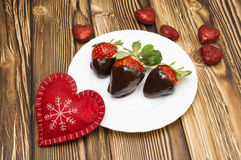 新鲜的草莓在黑暗的巧克力和心脏浸洗了在木背景 被限制的日重点例证s二华伦泰向量 免版税库存照片