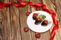 新鲜的草莓在黑暗的巧克力和心脏浸洗了在木背景 被限制的日重点例证s二华伦泰向量 库存照片