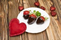 新鲜的草莓在黑暗的巧克力和心脏浸洗了在木背景 被限制的日重点例证s二华伦泰向量 库存图片