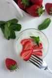 新鲜的草莓用低脂肪乳脂干酪 免版税图库摄影