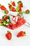 新鲜的草莓用健康酸奶 免版税库存照片