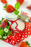 新鲜的草莓用健康酸奶 免版税库存图片