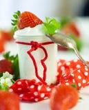 新鲜的草莓用健康酸奶 图库摄影