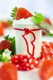新鲜的草莓用健康酸奶 库存图片