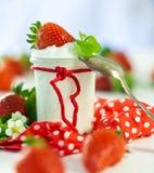新鲜的草莓用健康酸奶 免版税图库摄影