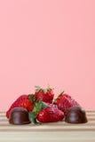 新鲜的草莓用小巧克力 图库摄影