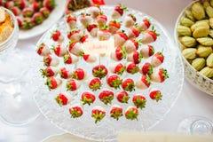 新鲜的草莓用白色巧克力 免版税库存照片