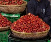 新鲜的草莓篮子在一个地方市场上的在大叻,越南 库存图片