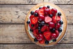新鲜的草莓蛋糕自创传统食家甜点心面包店食物 免版税库存图片