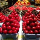 新鲜的莓果在farmer's市场上 库存照片
