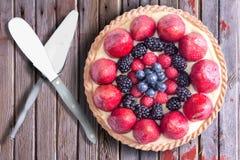 新鲜的莓果酸在与服务器物的土气木表上 库存图片