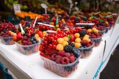 新鲜的莓果销售  库存照片