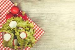 新鲜的莴苣和萝卜 免版税库存照片