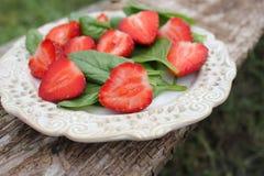新鲜的菠菜沙拉用草莓 免版税库存图片