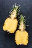 新鲜的菠萝切成了两半 免版税库存图片